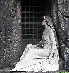 Photo of a statue, reminiscent of Madame Jeanette, in Père Lachaise cemetry, Paris